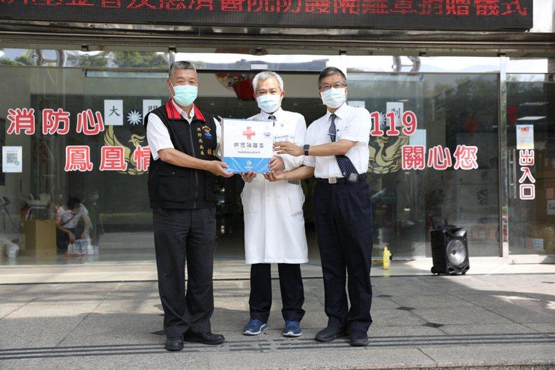 花蓮慈濟醫院贈送花蓮縣消防局130組防疫隔離罩,提升防疫救護的安全與保障。圖/花蓮慈濟醫院提供