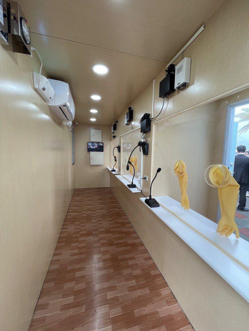 屏東縣政府接受彰化基督教醫院捐贈的可移動式「戶外正壓採檢站」。照片/屏縣府提供