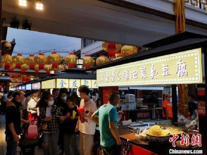 兩岸民眾排隊品嘗台灣夜市美食。中新社