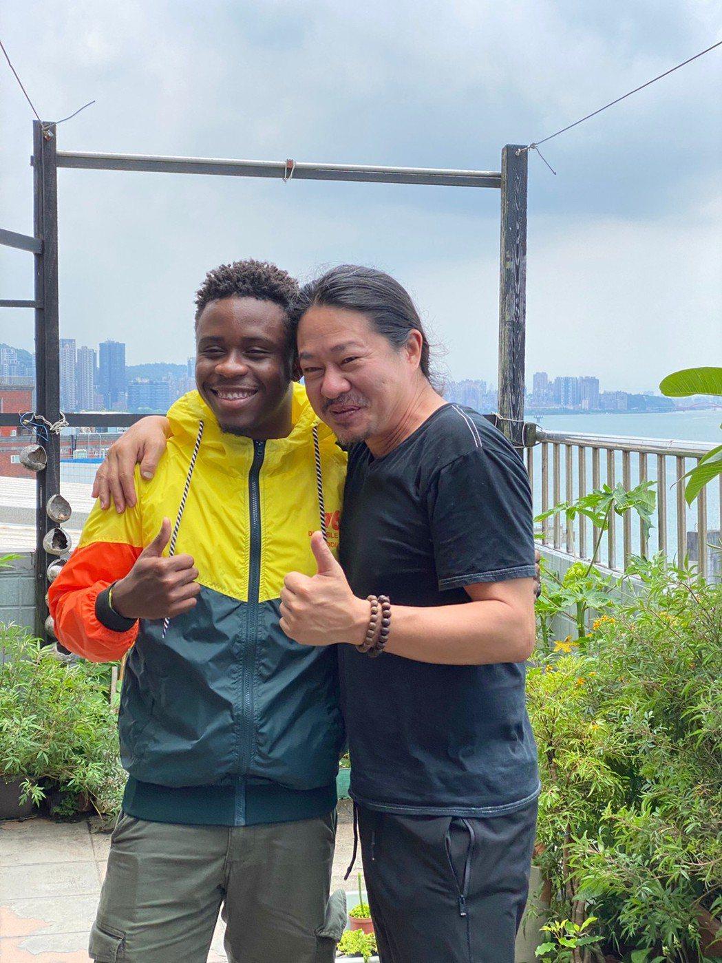 乱彈阿翔(右)邀請外籍歌手Tooly小畢合作。圖/寬寬整合行銷提供