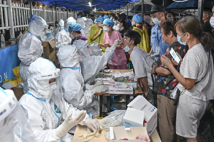 5月30日晚,廣州市民眾在臨時核酸檢測點檢測核酸。(中新社)