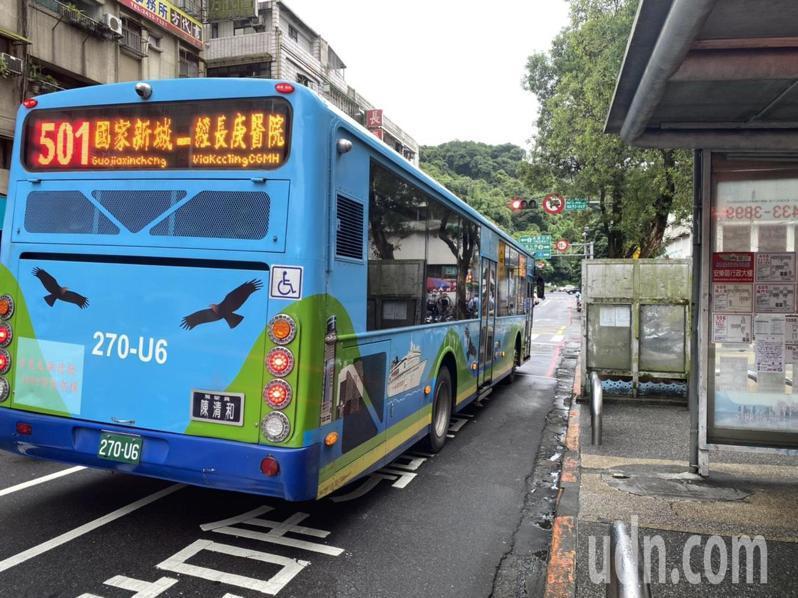 基隆市公車處公告6月1日起調整發車班次,部分路線減班,部分路線取消夜間公車。記者邱瑞杰/攝影