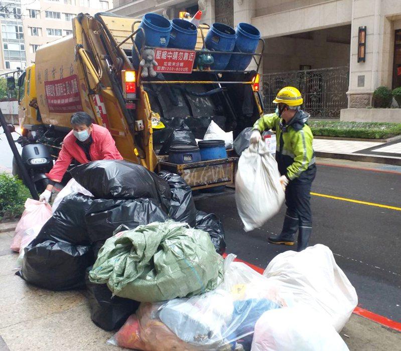 桃園市龜山區垃圾收運維持一周收運5天。圖/市府環保局提供