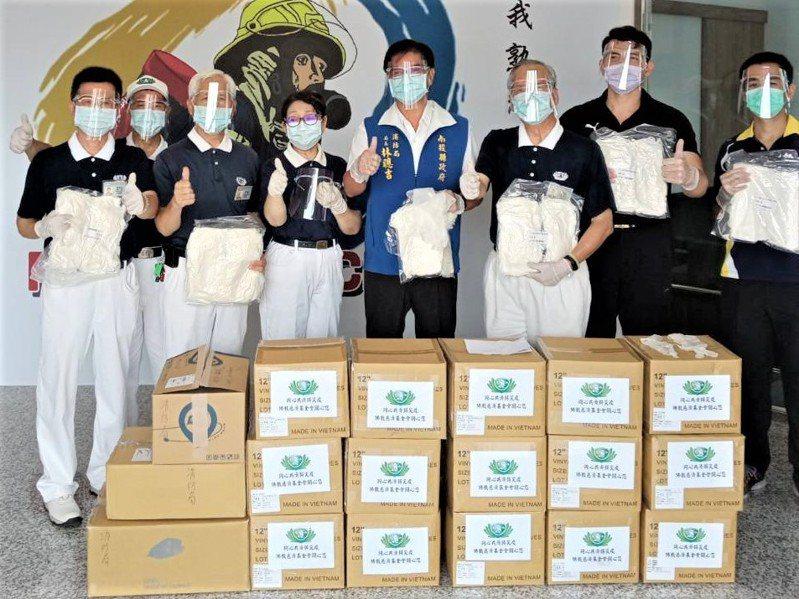 為強化南投防疫量能,慈濟基金會今捐贈1500個防護面罩、2萬雙PVC手套給第一線警消人員。圖/南投縣政府提供