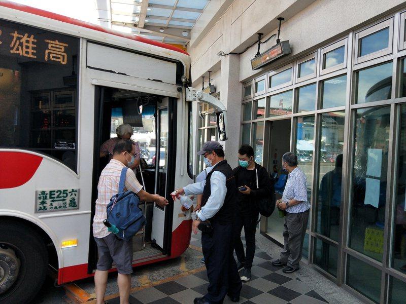 疫情持續三級警戒,高雄市公車6月3日至6月14日調降平日班表至7成運力。圖/高雄市交通局提供