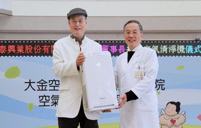 和泰大金空調董事長蘇一仲持續關心第一線醫護人員辛勞與健康,自2020年起已捐贈多家醫院、政府機關共645台空氣清淨機。圖/大金空調提供