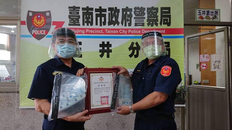 業者捐贈面罩給台南玉井分局員警幫助防疫。記者周宗禎/翻攝