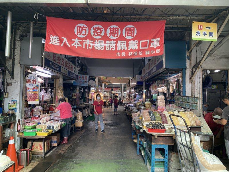 屏東市中央市場有多個出入口,市公所在每個出入口都掛上布條提醒民眾進入要戴口罩。記者劉星君/攝影