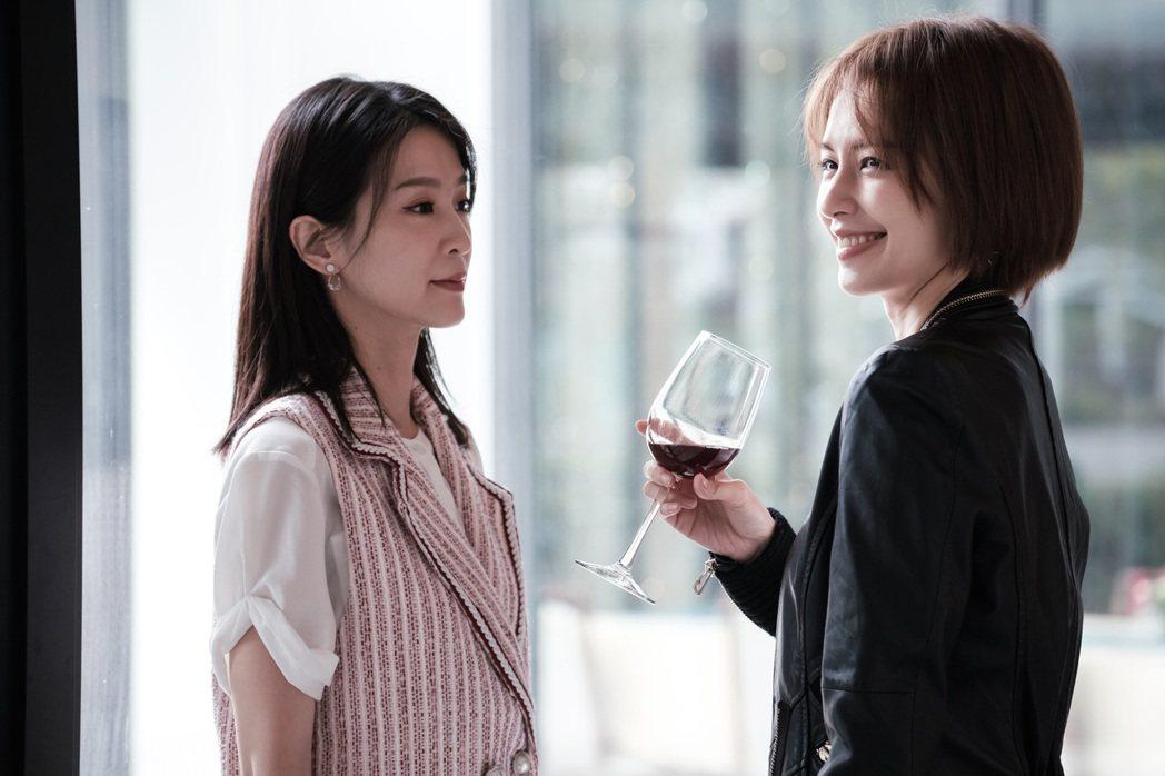 袁艾菲(右)在「日蝕遊戲」中,被當「企業家的禮物」,穿梭在杯觥交錯的場合中,酒杯...