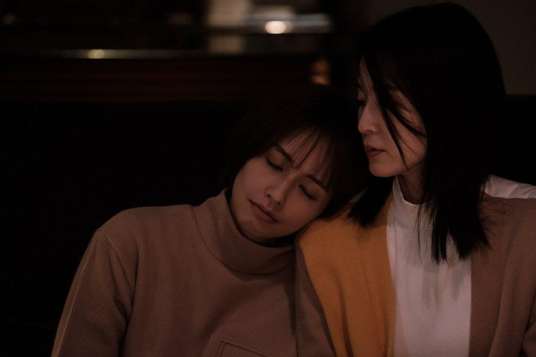 楚宣(右)、袁艾菲在「日蝕遊戲」中惺惺相惜。圖/民視提供