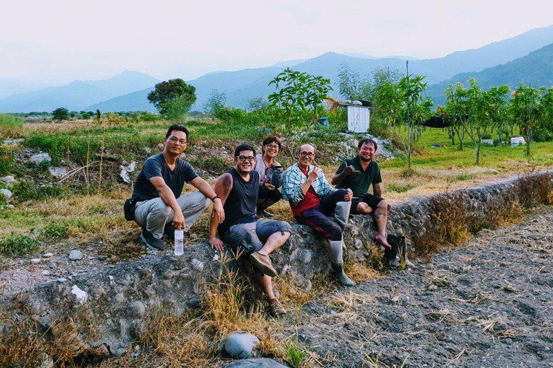 許又仁(右1)與團隊成員時常走入田間,陪伴農友耕作。圖/許又仁提供