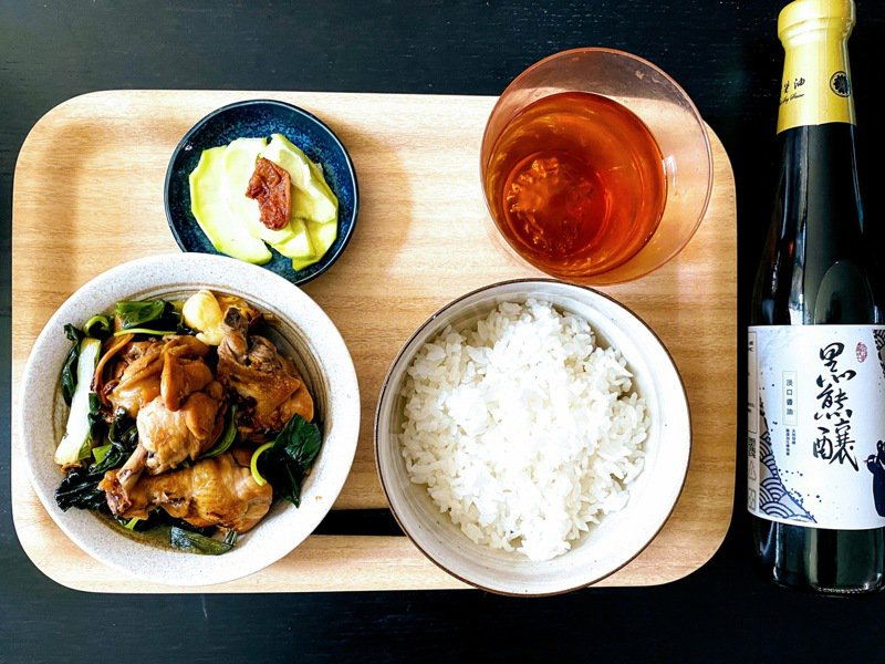 元沛農坊使用使用花蓮23號米,打造引以為傲的「黑熊釀」品牌淡口醬油,入菜滋味甘醇。圖/許又仁提供