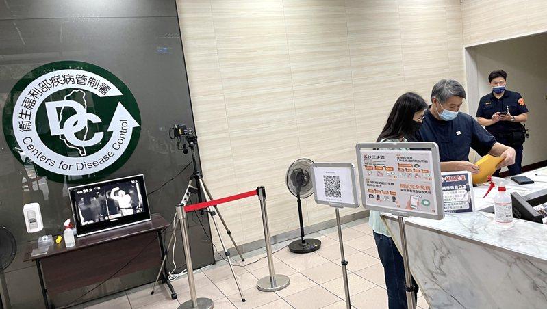 孫文學校總校長張亞中今天前往衛福部疾管署,親自遞交疫苗進口申請書。圖/張亞中提供