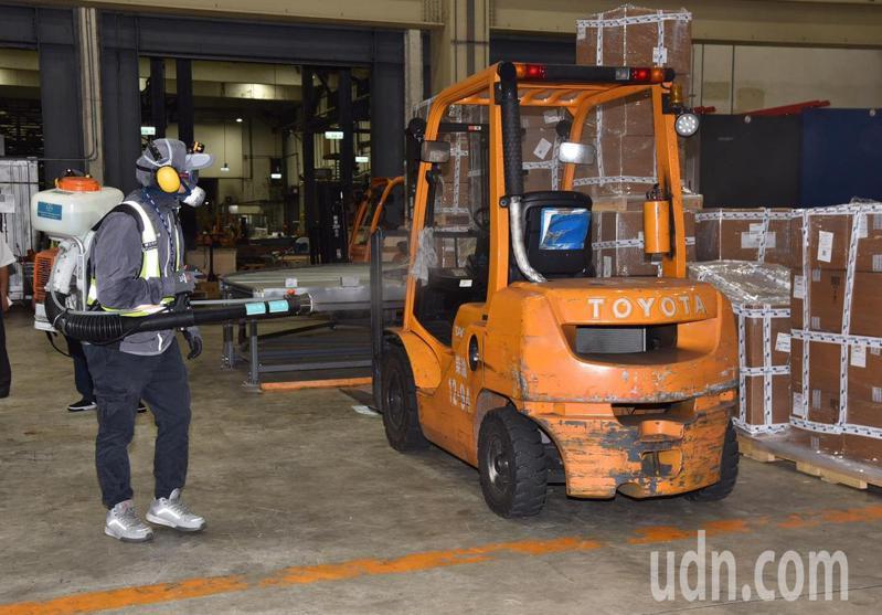 所有公用之堆高機等工作機具均詳實消毒!確保工作人員安全。(桃園機場公司提供)