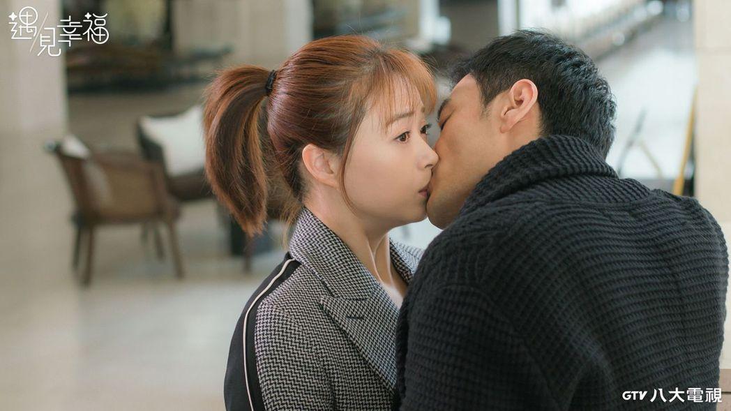 蔣欣(左)、李光潔在「遇見幸福」拍吻戲。圖/八大電視提供