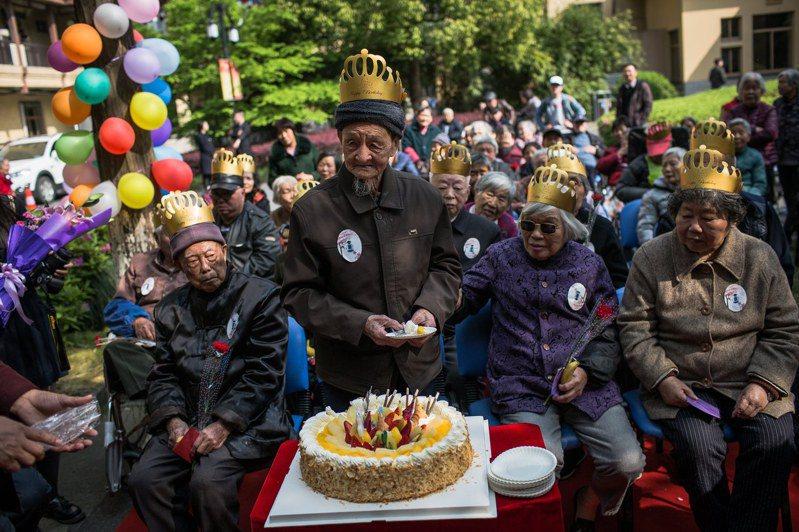 中國去年60歲及60歲以上人口,已超過2.64億,占總人口的18.7%。圖為杭州一個養老院,為入住者舉辦生日會。歐新社
