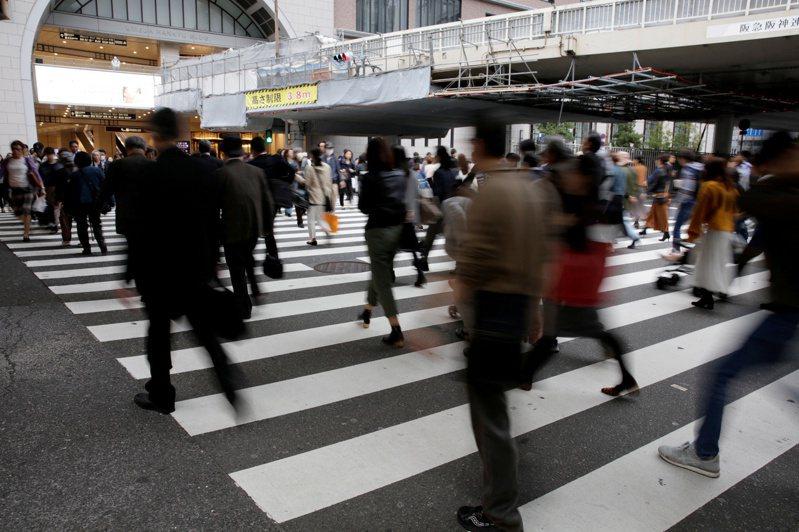 多年來全球對於工作超時,已有許多討論,例如,「過勞死」已是日本法定死因之一。圖為日本大阪一處人行道。路透