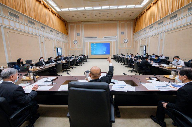 行政院長蘇貞昌今下午再次召集相關部會與公股行庫,就紓困作業進行討論。圖/行政院提供