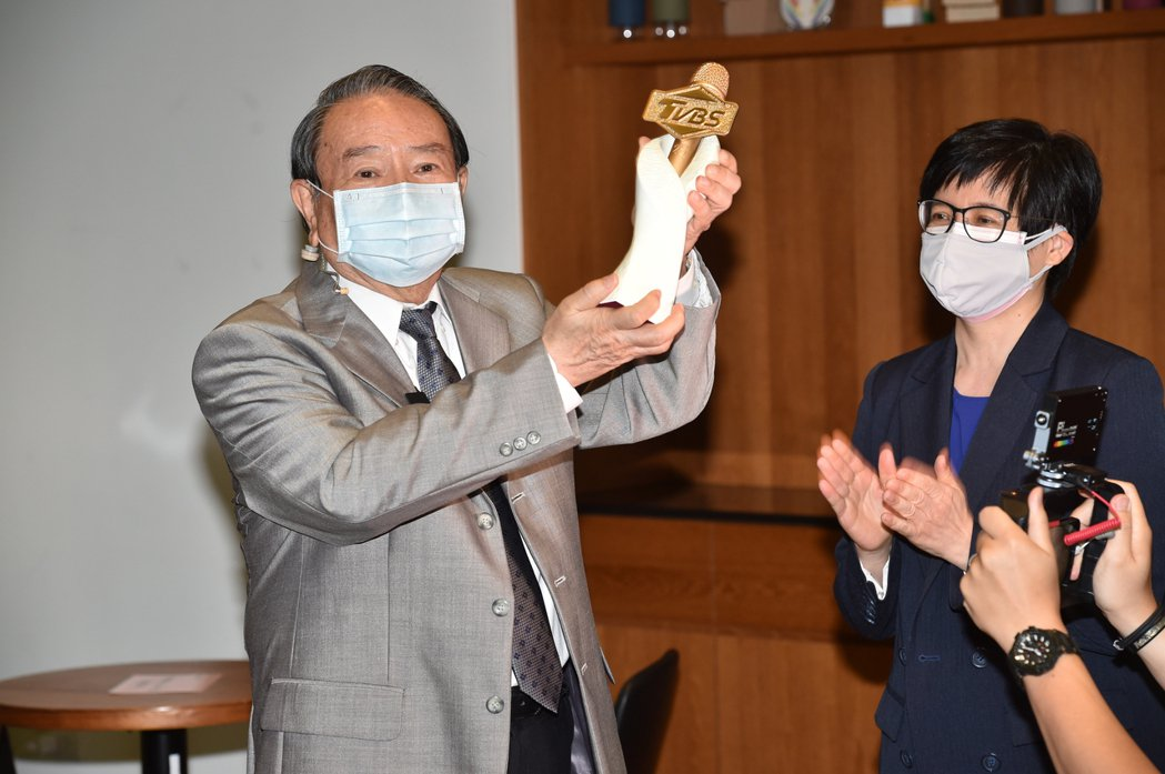 任立渝(左)從TVBS新聞部副總詹怡宜手中接下TVBS金麥克風獎盃。圖/TVBS