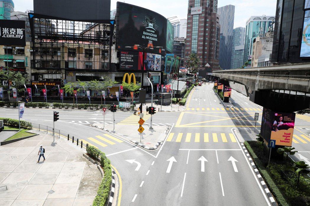 馬來西亞將自6月1日起全國封鎖兩周,圖為11日空蕩蕩的吉隆坡街頭景象。路透