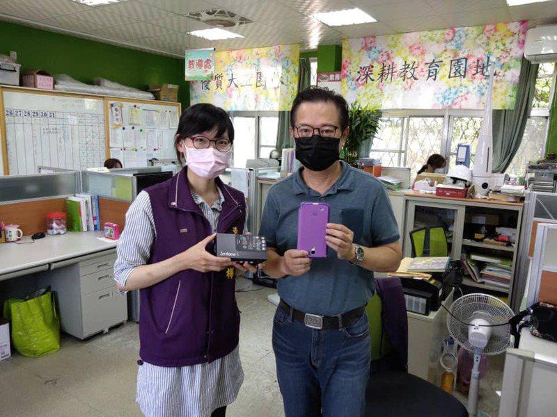 螢光教育協會因應疫情,募集民眾二手行動電話,捐給台東縣政府,做為停課不停學的學童使用。圖/台東縣政府教育處提供