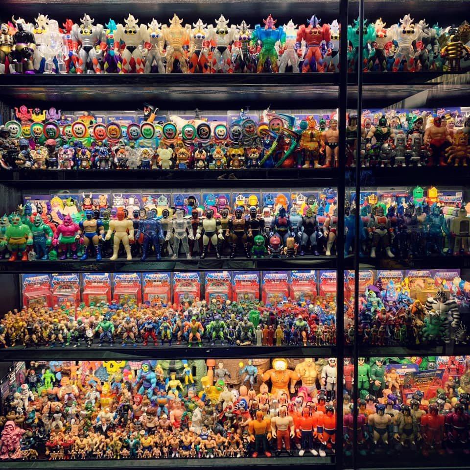 熱狗現在住的木柵豪宅有好幾櫃收藏的公仔。 圖/擷自熱狗臉書
