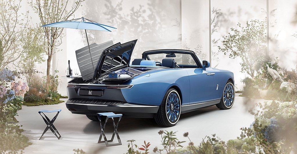 車尾甲板可實現以優雅迅捷的蝶式動作一鍵打開,展露其內裡精巧絕倫、豐富多元的「禮賓...