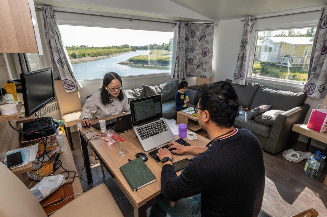 電傳勞工有不少為白領階級,常因長時間久坐使用電腦等設備,導致肌肉僵化、眼睛疲勞。示意圖。 圖/法新社