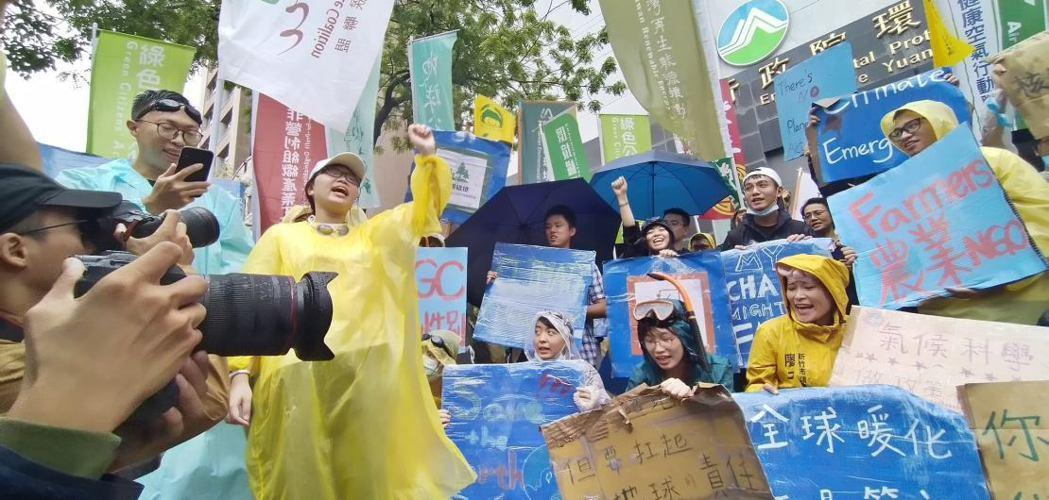 「台灣青年氣候聯盟」在街頭進行氣候遊行。 圖/台灣青年氣候聯盟提供