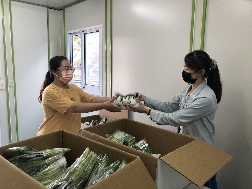 中華汽車防疫補給站為同仁採購逾百斤之新鮮蔬菜。 圖/中華汽車提供