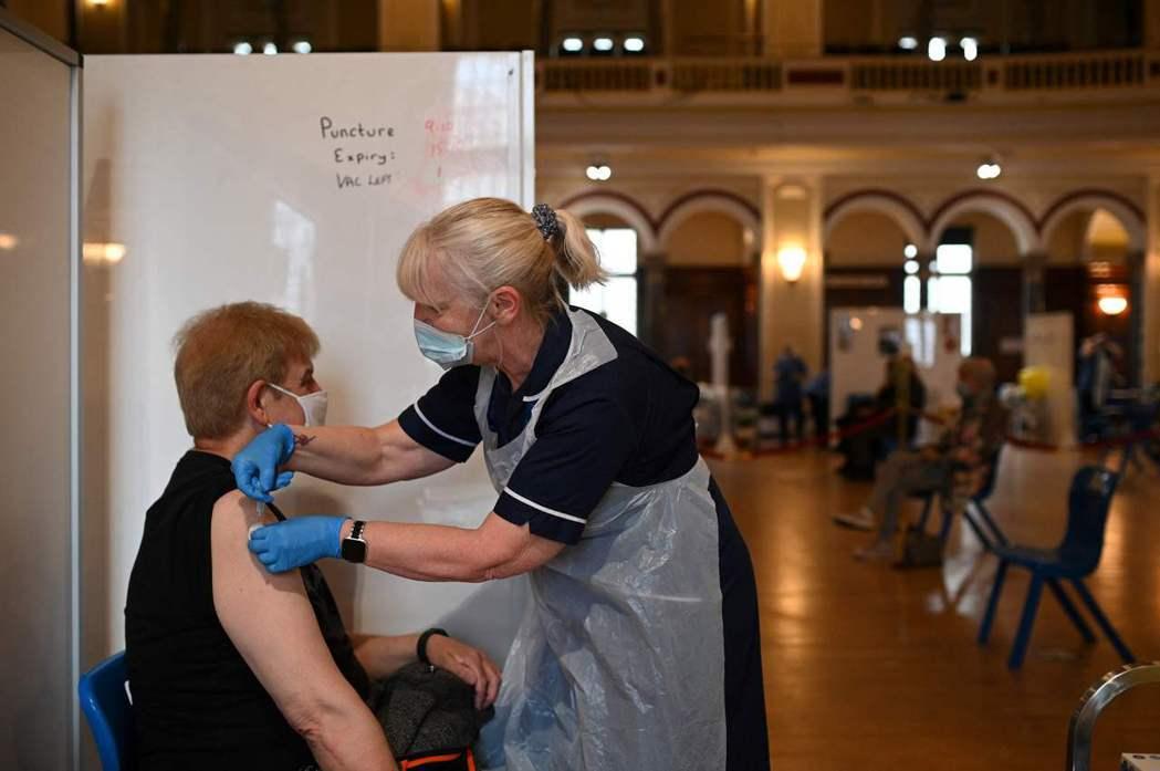 目前AZ後混打mRNA疫苗如莫德納、輝瑞,在歐洲多個禁止40到55歲以下族群施打AZ的國家都有執行。 圖/法新社