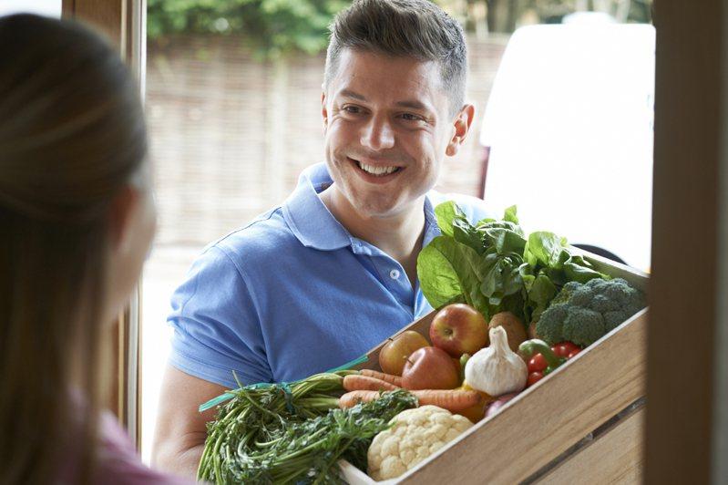 因本土疫情緊張,許多民眾都改利用網購低溫宅配來採購生鮮蔬果。示意圖/ingimage