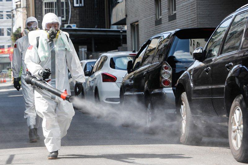 全台疫情持續升溫,彰化出現破百病例,國軍出動化學兵沿路進行消毒工作。記者黃仲裕/攝影