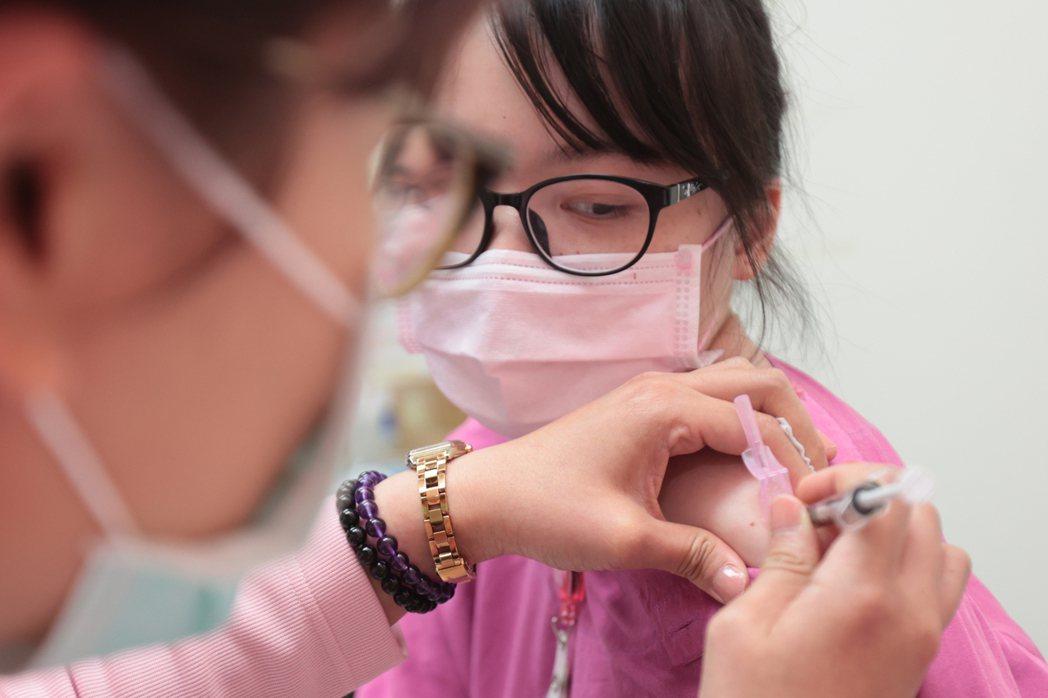在接下來仍會有大量的患者需要照顧,如何減少傷亡,最重要的就是維持醫療量能。圖為醫護人員接種疫苗。 圖/聯合報系資料照