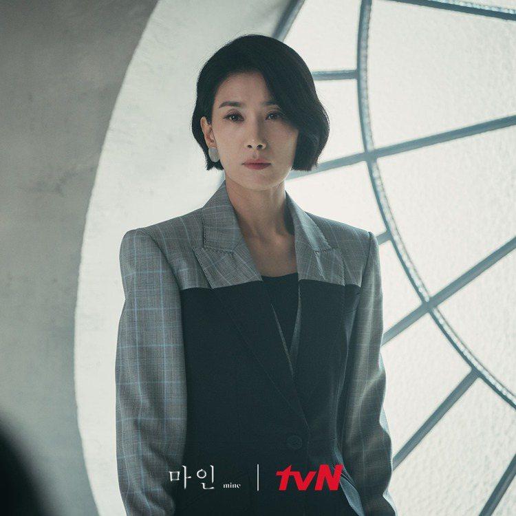 金瑞亨的服裝雖然是深色,但以不同色塊突出搭配。圖/擷自tvN 드라마(Drama...
