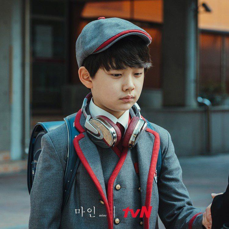 嘏俊的制服則是以擁有皇室成員或是其他豪門小孩入讀的私立小學來進行訂製。圖/擷自t...