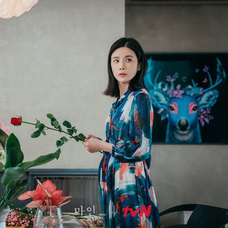 李寶英的服裝就會多是以鈷藍色及花圖騰來象徵她強韌的一面。圖/擷自tvN 드라마(...