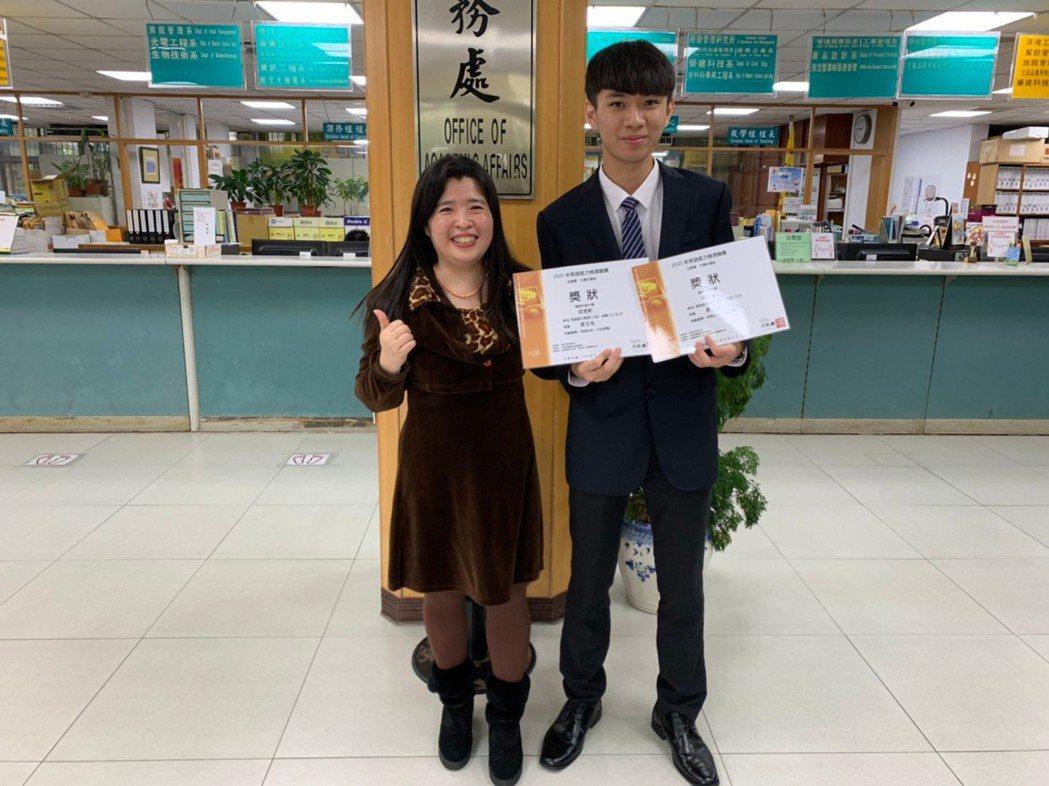 通識英語中心指導老師蔡友惠(左)與獲獎的邱昱軒同學合影。 萬能科大/提供。
