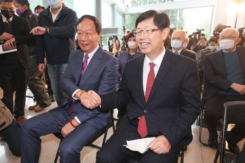 鴻海集團創辦人郭台銘(前左)與鴻海董事長暨鴻海研究院院長劉揚偉(前右)。中央社資料照