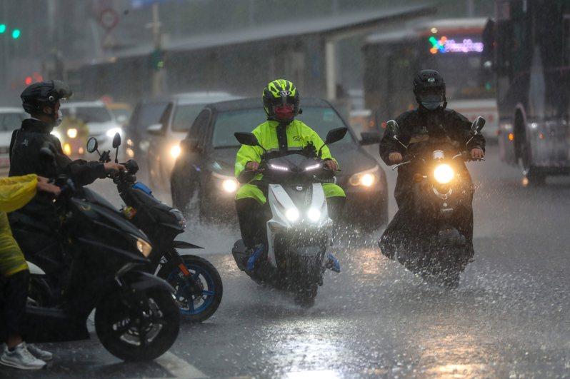 滯留鋒面持續影響台灣,今天全台15縣市發布大雨特報,目前這波梅雨共計挹注全台水庫1億3600萬噸,已超過全台10天用水量。圖為傍晚台北市區下起滂沱大雨。中央社