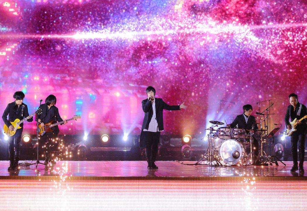 五月天無預警釋出「永遠的永遠」、「勇敢」、「出頭天」組曲Live版MV。圖/相信