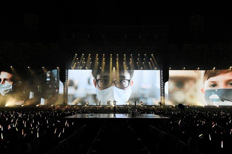 五月天先前透過在演唱會上的「勇敢」視訊畫面感謝無名英雄的付出。圖/相信音樂提供