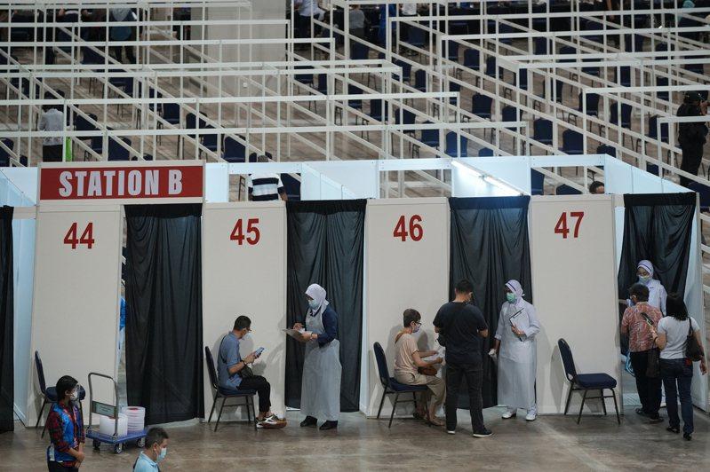 馬來西亞吉隆坡一處展覽中心已改為疫苗施打站,據彭博估計以目前接種速度要兩年以上才能達到全國免疫。