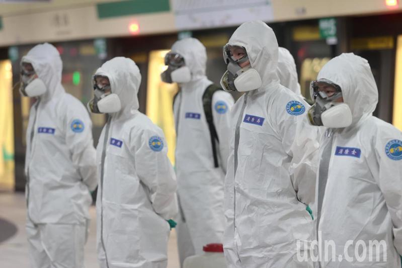國軍化學兵上午前往台北捷運松山站消毒。記者蘇健忠/攝影