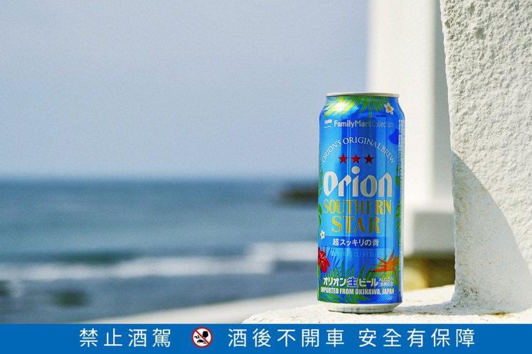 沖繩Orion奧利恩「南方之星生啤酒」藍色瓶身上繪有沖繩經典的紅色扶桑花,帶來南...