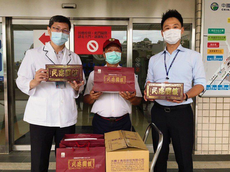 吳聰朝(阿聰師)捐贈500盒平安餅慰勞醫護人員,中國醫公關室簡基麟副主任(右)、社工室蔡教仁副主任(左)。圖/業者提供