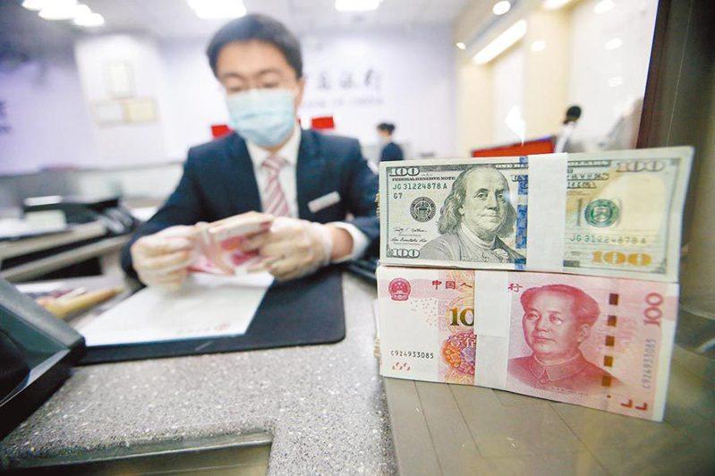 從5月24日開始,人民幣兌美元中間價已六連升。中新社資料照片