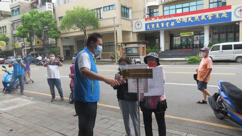 苗栗市長邱鎮軍(前排右)昨天巡視市場,宣導分流管制。記者范榮達/攝影