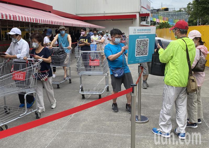 超市、大賣場同樣實施人流管制、總量控管。有部分賣場結帳距離限制,拉開人與人間的距離。聯合報系資料照片/記者曾吉松攝影