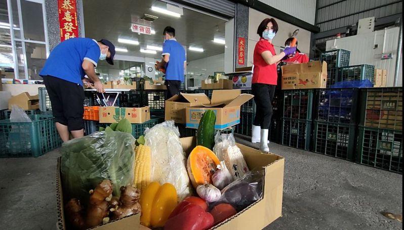 疫情期間無法擺攤,果菜市場進貨量少,業者找「蔬菜箱」等新銷售模式。記者施鴻基/攝影